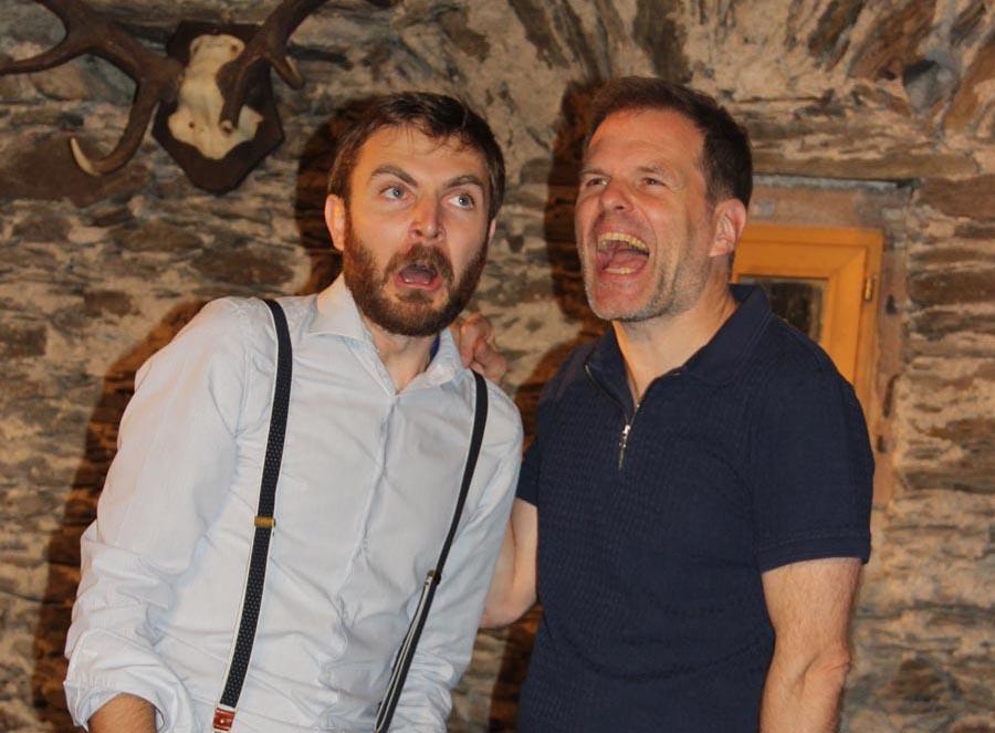 """Adriano Werner (links) und Norbert Deeg mimen Hexe und Rabe in einem """"Märchenfilm"""". - Foto: Sabine Neugebauer"""